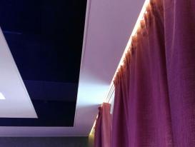 Фото штор на карнизе интегрированном в натяжной потолок.