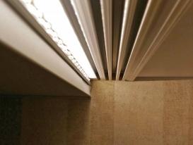 Горящая светодиодная подсветка на карнизе внутри потолочной ниши.