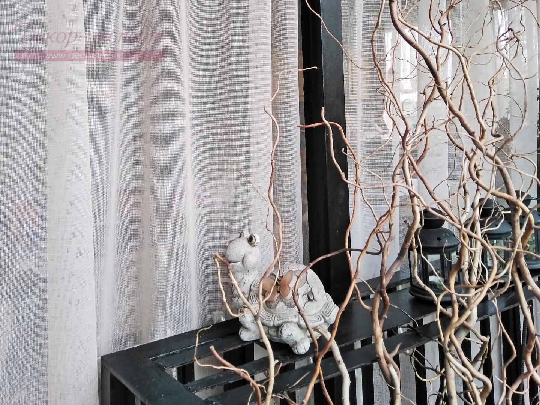 Ткань-сетка бежевого цвета с вертикальными фактурными штрихами имитирующими фактуру льна.