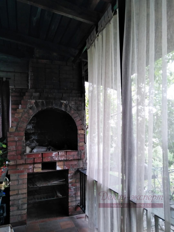 В левой части веранды располагаем штору на безопасном расстоянии от печи.