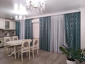 Вид на кухонную зону и крайние шторы, подхваченные декоративными магнитами.