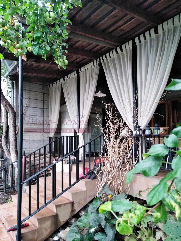 Лёгкие шторы для веранды в подхваченном состоянии.