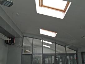 Окна мансардного типа на потолке в офисе.