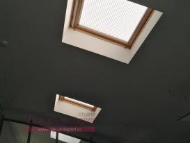 Плиссе натяжного типа в офисе на мансардных окнах в потолке.