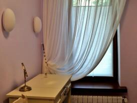Штора плиссе натяжного типа в сочетании с тюлем на круглом карнизе в женской душевой комнате