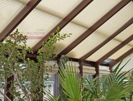 Шторы плиссе на потолочных окнах зимнего сада с большим углом наклона.