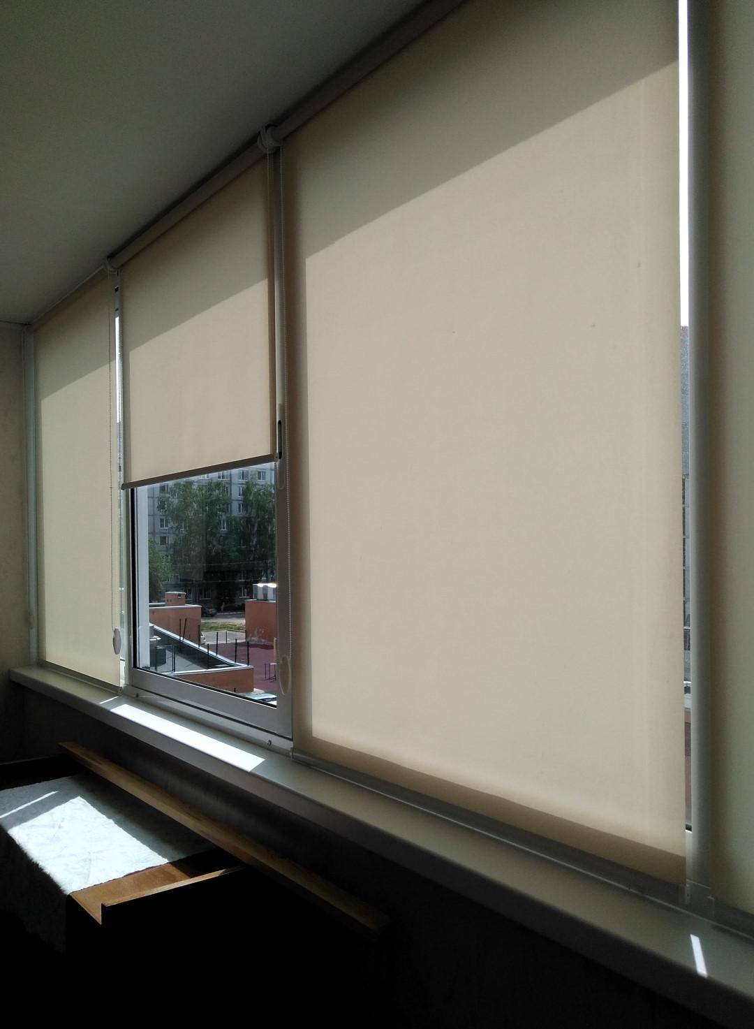 Свободновисящие рулонные шторы с креплением к потолку на балконе.