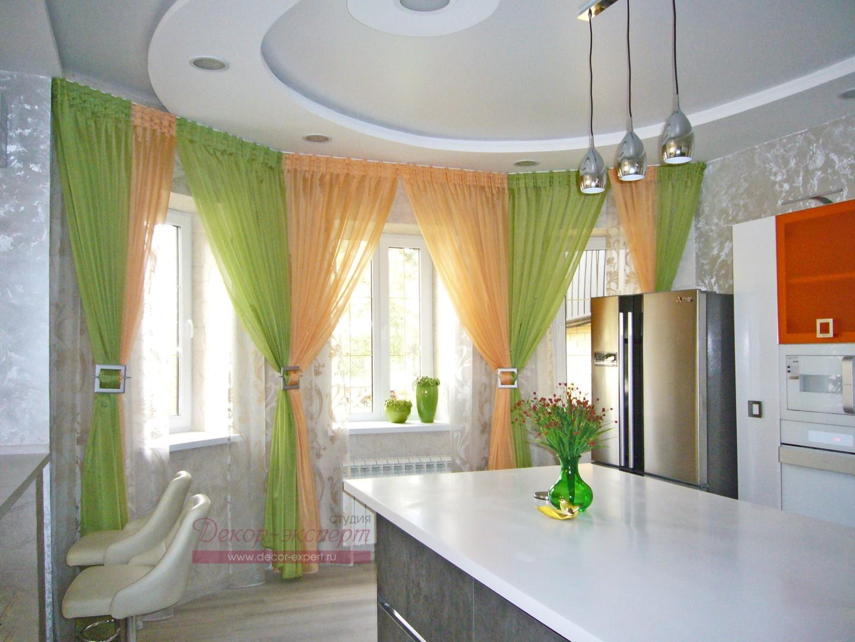 Фото-102. Легкие шторы с драпировками для кухонной зоны общий вид.