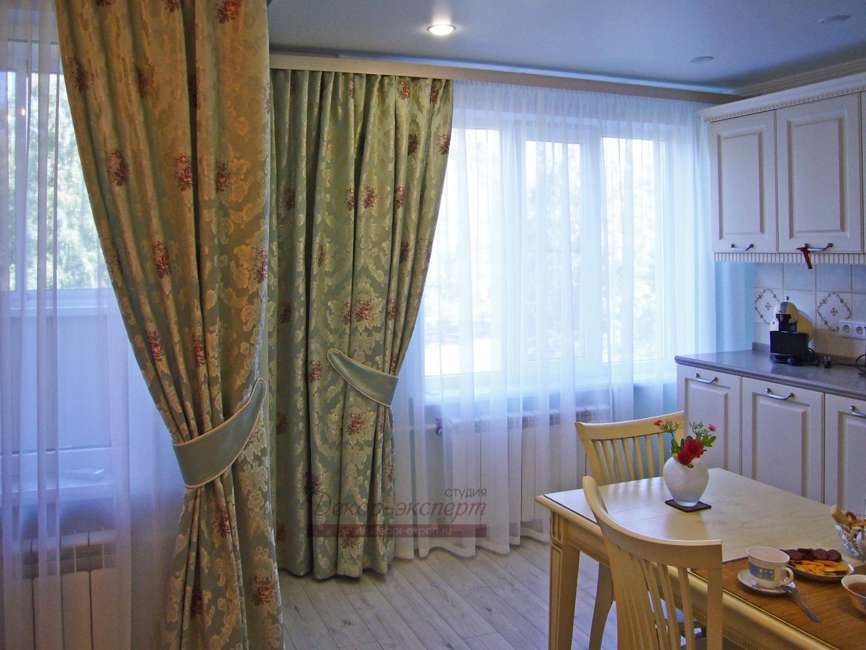 Фото-96.  Шторы для кухни-столовой из атласа мятного цвета с фактурными  жаккардовыми листьями и живописными розами.