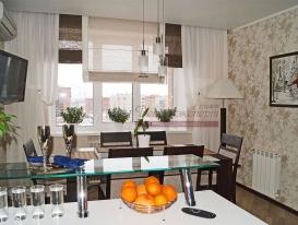 Фото-79. Римские шторы для кухни в комбинации с лёгкими бежевыми портьерами.