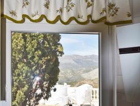 Драпировка на круглом деревянном карнизе для окна на кухне.  Вилла наших заказчиков в Испании.