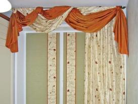 Фото-17. Римские шторы для кухни в комбинации с портьерой и хаотичным перекидом.