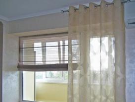 Фото-60. Комбинация двух типов штор для декора окна на кухне.