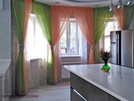 Фото-100. Легкие шторы с драпировками для кухонной зоны.
