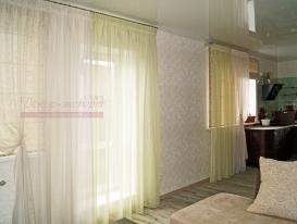 Фото-86. Лёгкие шторы в комбинации с римскими для большой кухни.