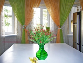 Фото-101. Вот и вазу с цветами хозяйка под наши шторы подобрала.