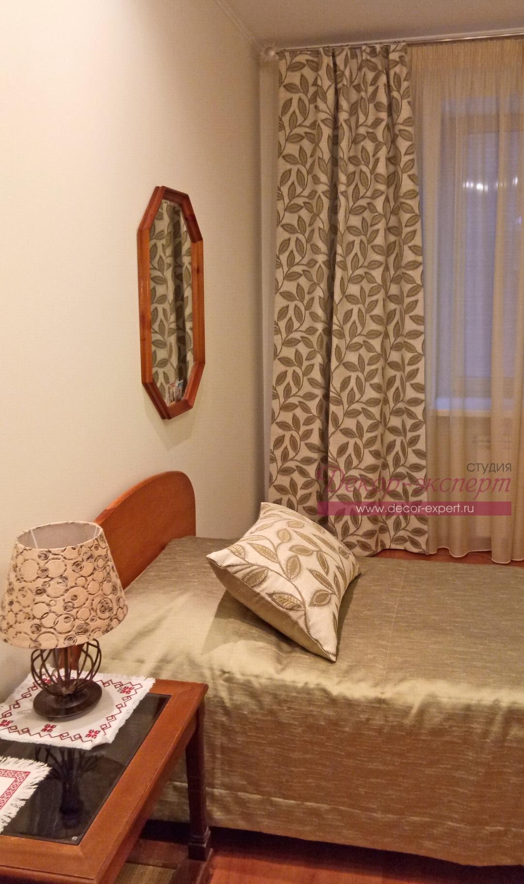 Декоративная подушка и фрагмент покрывала на кровати в комнате мамы.
