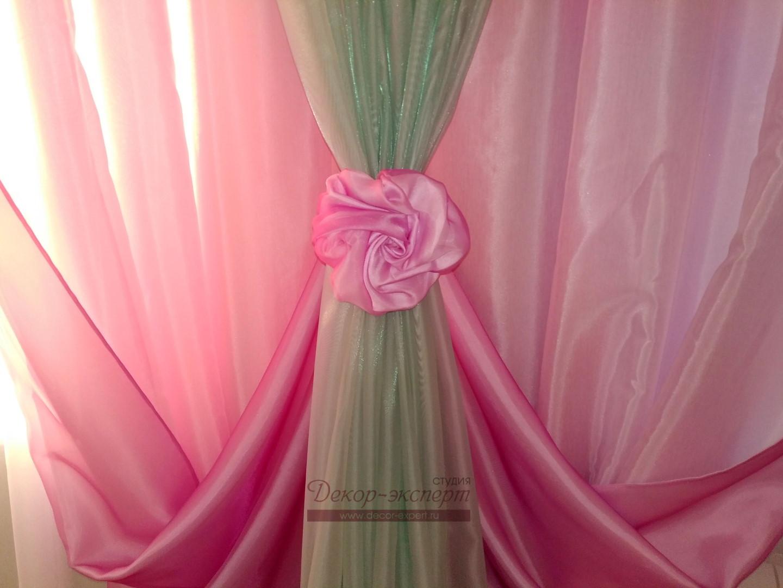 Декоративная розочка в точке крепления подхватов розовых драпировок.