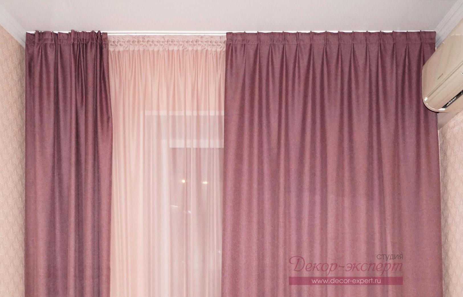 Двухрядный профильный алюминиевый карниз для лиловых штор в спальне.