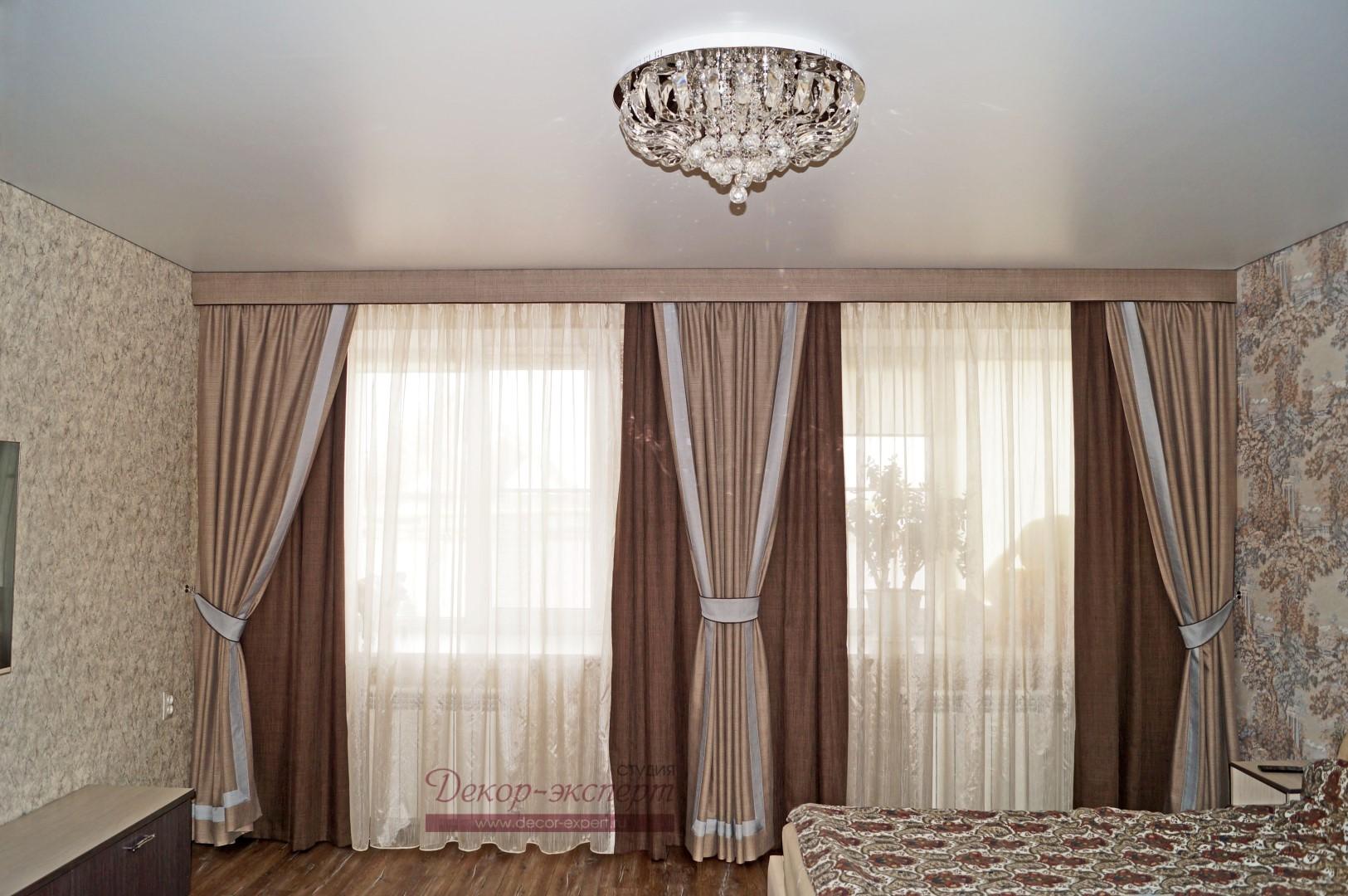 Финальный вид штор с гладким ламбрекеном в спальне.