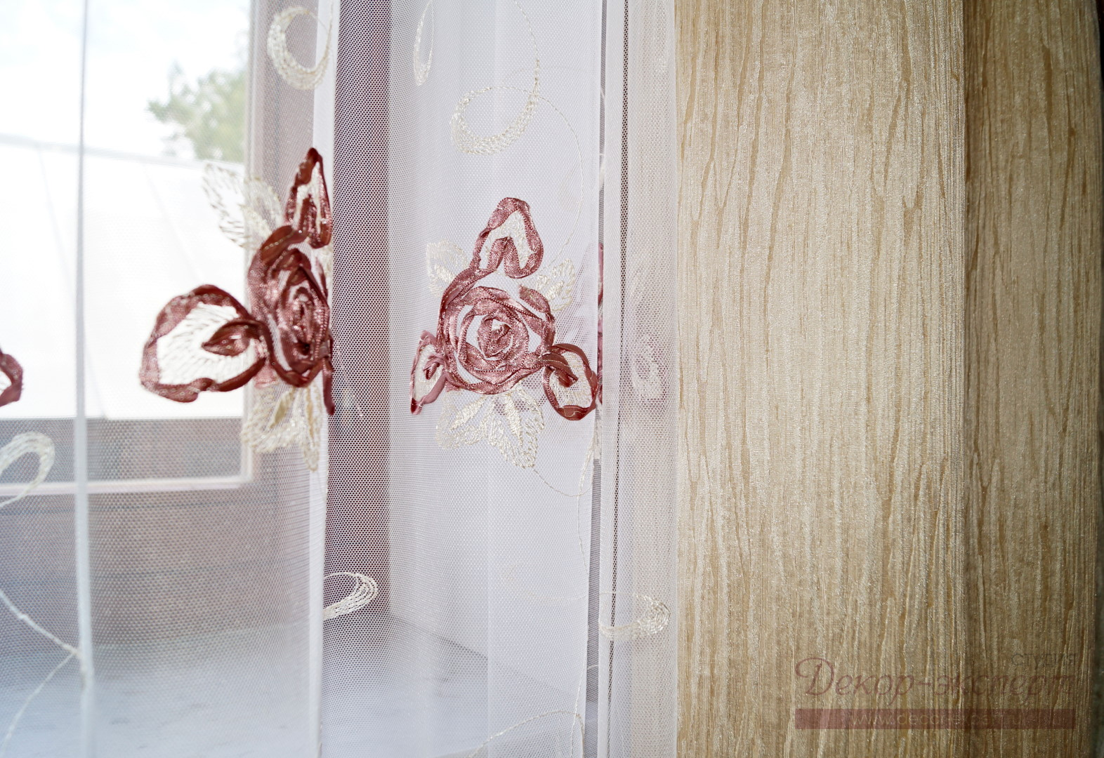 Фото фрагмента сетки грек с вышивкой лентами и портьерной ткани молочного цвета.