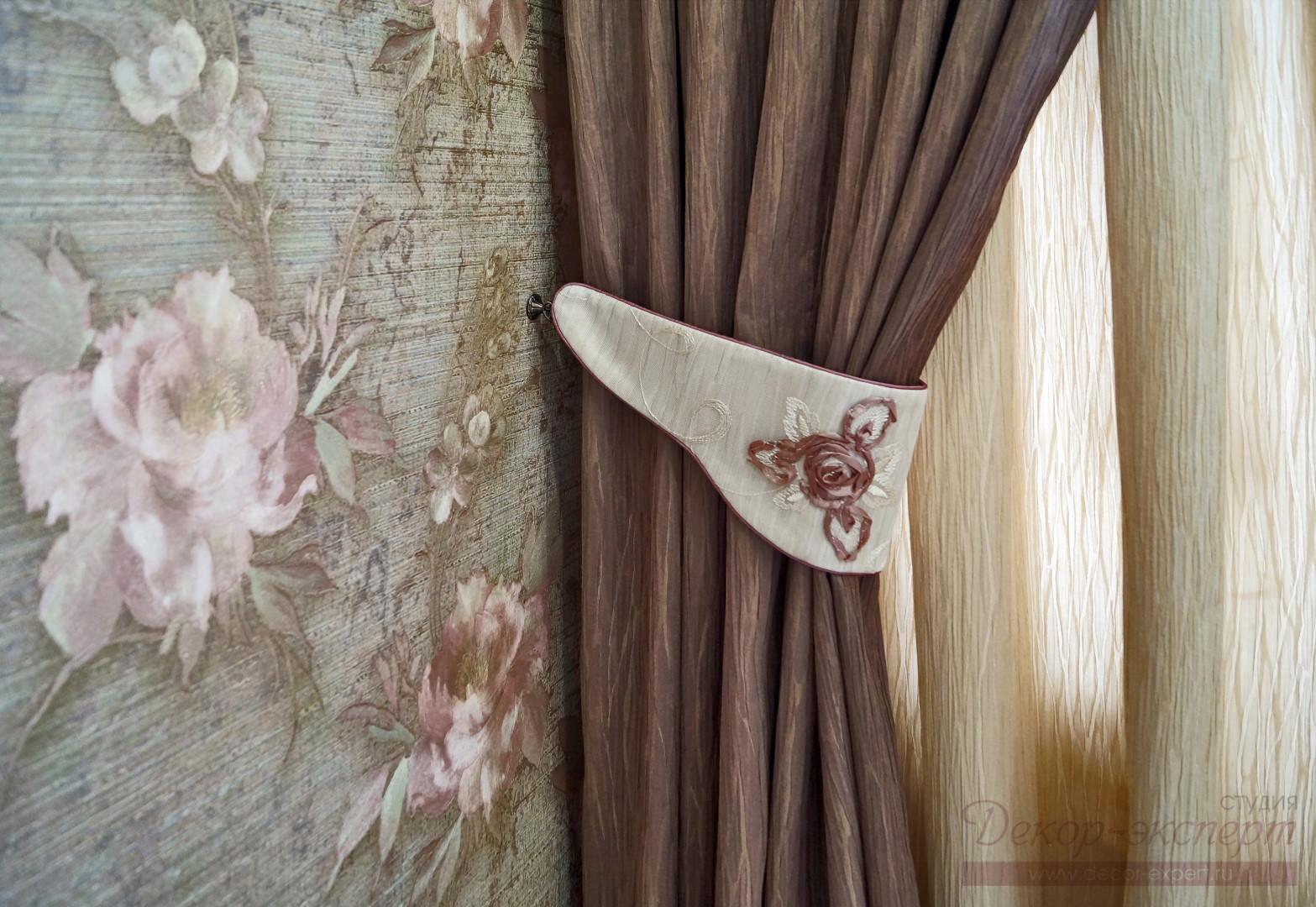 Оригинальный подхват для штор из основной ткани молочного цвета с отделкой шнуром под обтяжку.