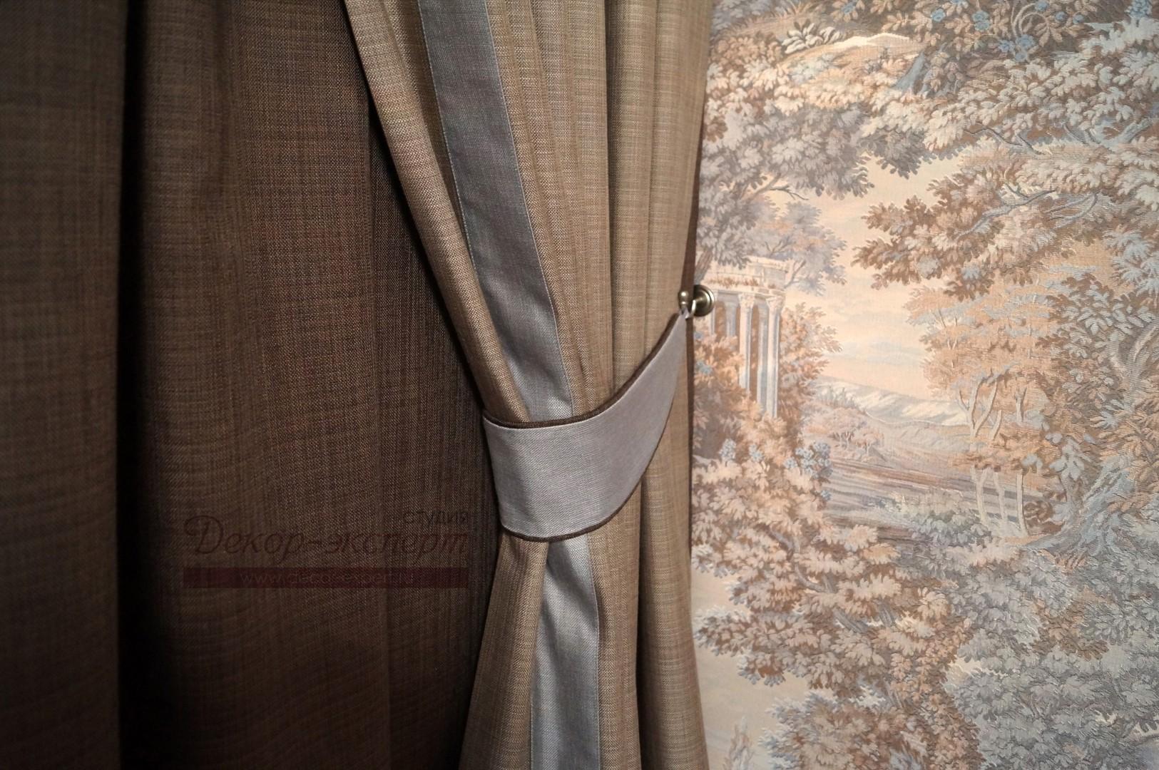 Подхват с отделкой шнуром под обтяжку темно-коричневой тканью на декоративном крючке.