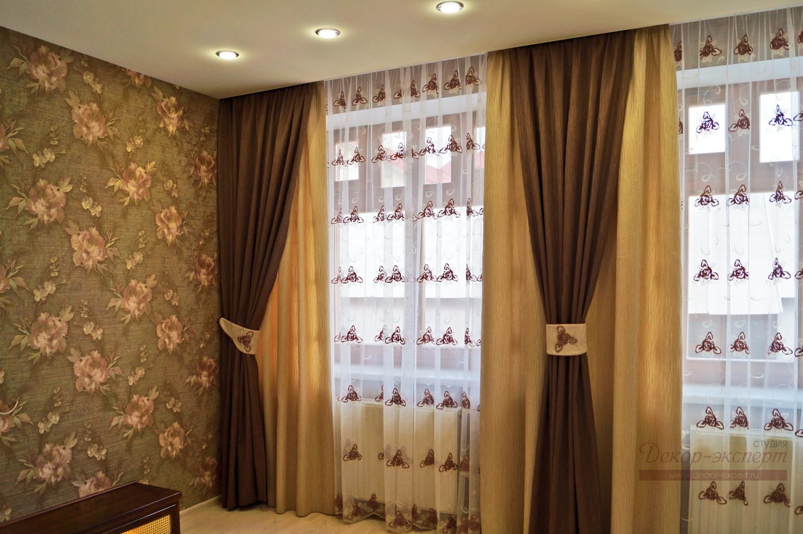 Сочетание обоев с цветочным узором и новых штор в спальне.