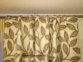 Фрагмент штор с карнизом в комнате мамы.