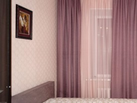 Лиловые шторы в спальне, фрагмент.