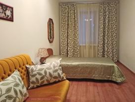 Общий вид на шторы, покрывало и декоративные подушки для комнаты мамы.