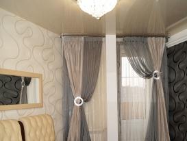 Общий вид спальни со шторами в серо-серебристых тонах.