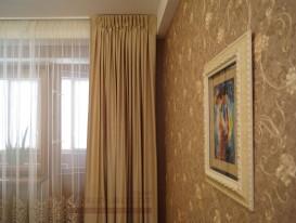 Портьеры и тюль на двух белых профильных алюминиевых карнизах в спальне.