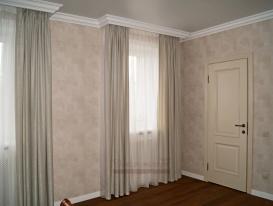 Портьеры из дымчато-серой ткани и тюль из вуали для спальни.