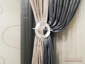 Серебристая декоративная заколка на шторах в спальне.