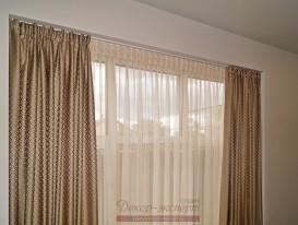 Шторы с тюлем для спальни повешены на двухрядный профильный алюминиевый карниз.