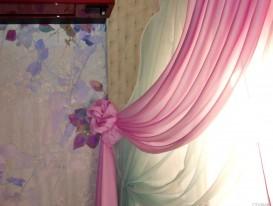 Сочетание фрески на стене и штор в интерьере спальни нашей заказчицы
