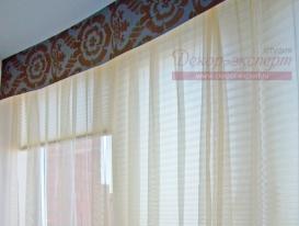 Фото-10. Тюль с гладким ламбрекеном закреплены на потоке у окна балкона спальни. На заднем плане жалюзи плиссе.