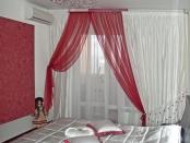 Фото-11. Шторы в современном стиле для спальной комнаты. Все карнизы, профильный и круглые, закреплены на потолке.