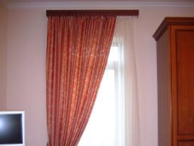 Фото-12. Клоссическая штора на карнизе с багетом в спальне.
