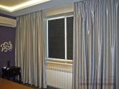Фото-78. Серые шторы в потолочной нише во всю стену и жалюзи гофре тёмно-серого цвета на рамах окна.