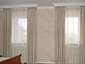 Ткань портьер в сочетании с обоями на стенах.