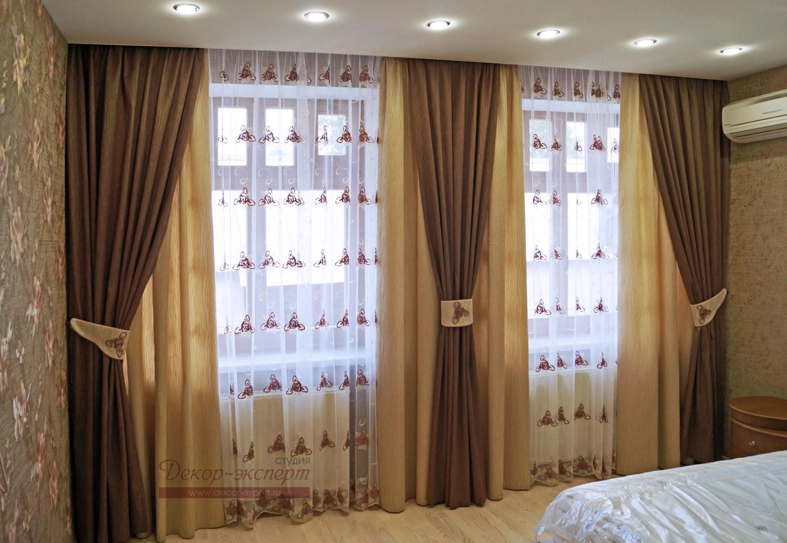 Вид слева на новые портьеры с подшторниками в спальне.