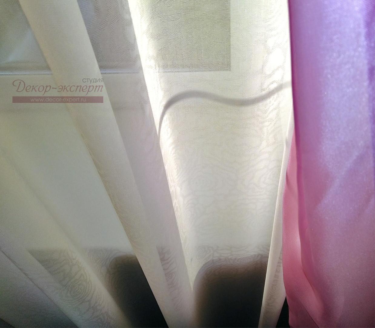 Жаккардовый узор в виде розочек на тюле.