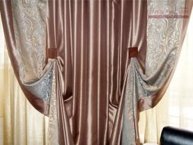 Фото фрагмента портьер с кантом в эркере на окне в гостиной.