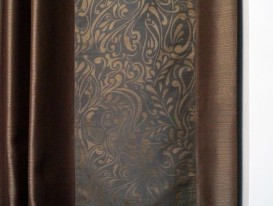 Фото фрагмента широкого канта штор на окне в гостиной.