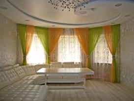 Фото-89. Легкие шторы с драпировками для гостиной зоны, общий вид.