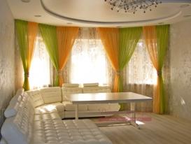 Фото-87. Легкие шторы с драпировками для гостиной зоны, хорошо видна люстра.