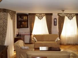 Классические шторы с кантом и ажурным ламбрекеном Дамаск в гостиной дома в Тольятти. Общий вид.