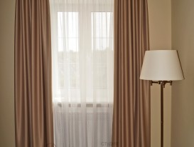 Шторы из ткани blackaout в потолочной нише в гостинной.